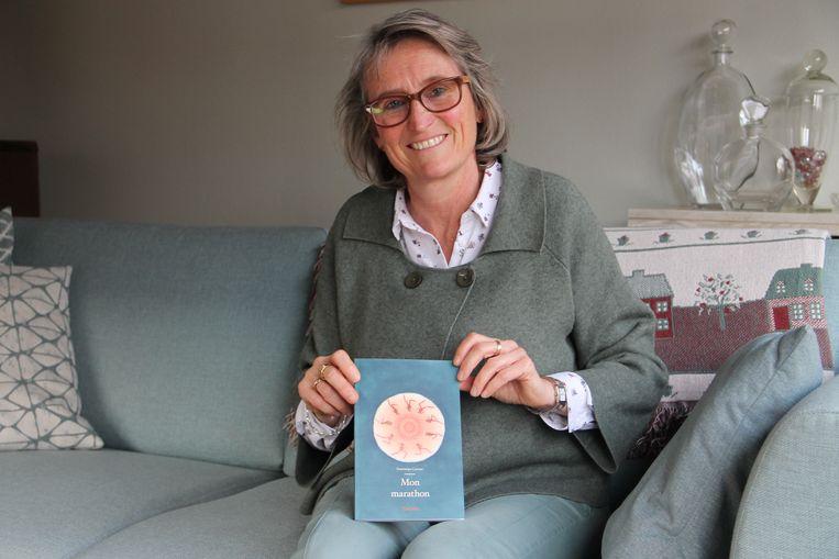 Dominique Lannoo met haar nieuwe boek 'Mon Marathon'.