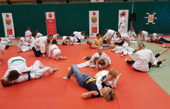 De judoka's in actie, samen met de mama's en papa's.