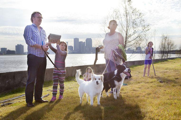 Een gezin wandelt langs de Mississippi in Crescent Park. Beeld Io Cooman