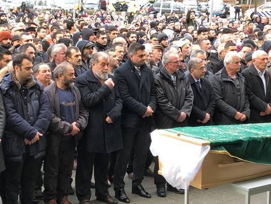 Met een indrukwekkende herdenking namen honderden mensen afscheid van Humeyra op het plein voor de Mevlana Moskee in Rotterdam.