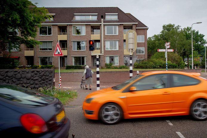 Het voetgangersstoplicht bij de Graafseweg is soms amper lang genoeg groen om ouderen die slecht ter been zijn, veilig te laten oversteken.
