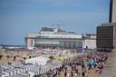 Zondag rond 15.30 uur lag de druktepiek tussen het Thermae Palace en Zeeheldenplein in Oostende, nabij het Casino Kursaal. Hoewel het druk was op de dijk, was er plaats zat op het strand.