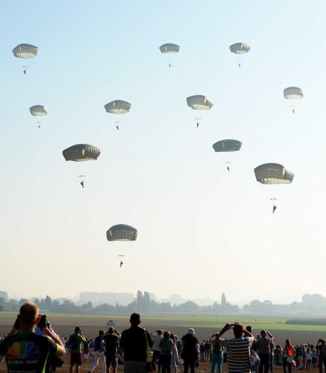 Parachutisten springen vrijdag niet in Groesbeek vanwege harde wind