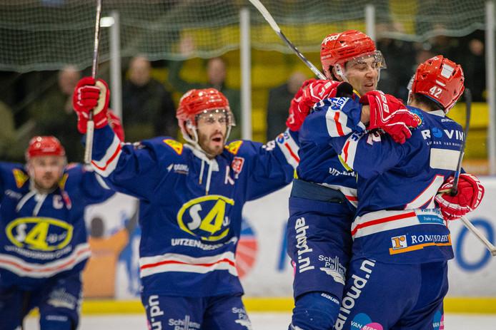 Blijdschap bij Nijmegen Devils eerder dit seizoen tegen Hijs Hokij Den Haag. Vrijdag won Devils in de BeNe-League van Mechelen Golden Sharks.
