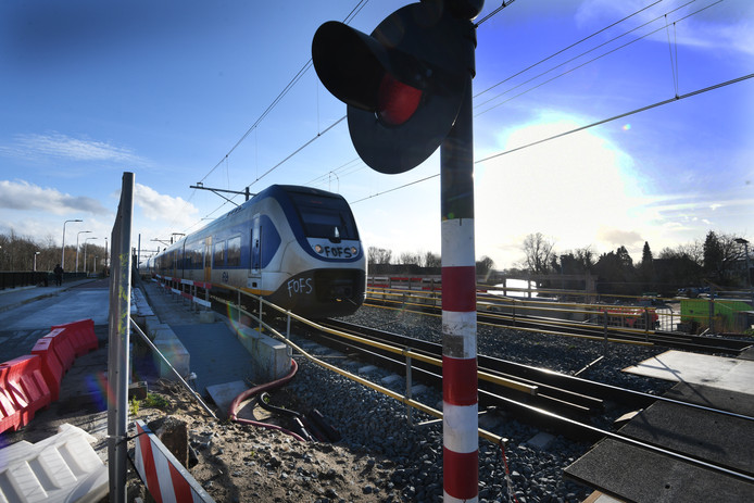 Bij de brug over de Linge bij Tricht wordt er al aan het spoor gewerkt.