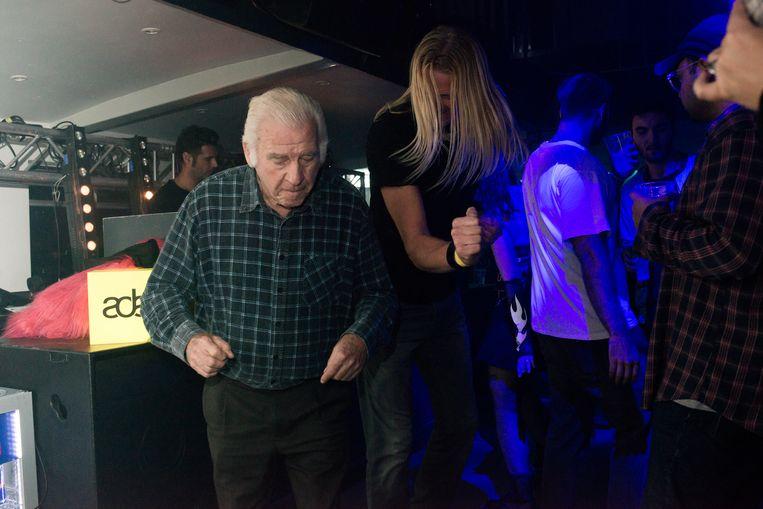 De 87-jarige Johan de Vries bezoekt bijna wekelijks een dancefeest, maar moet niets van drugs hebben. Beeld Eva Faché