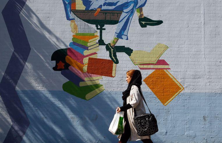 Een vrouw in de straten van Teheran. Beeld EPA