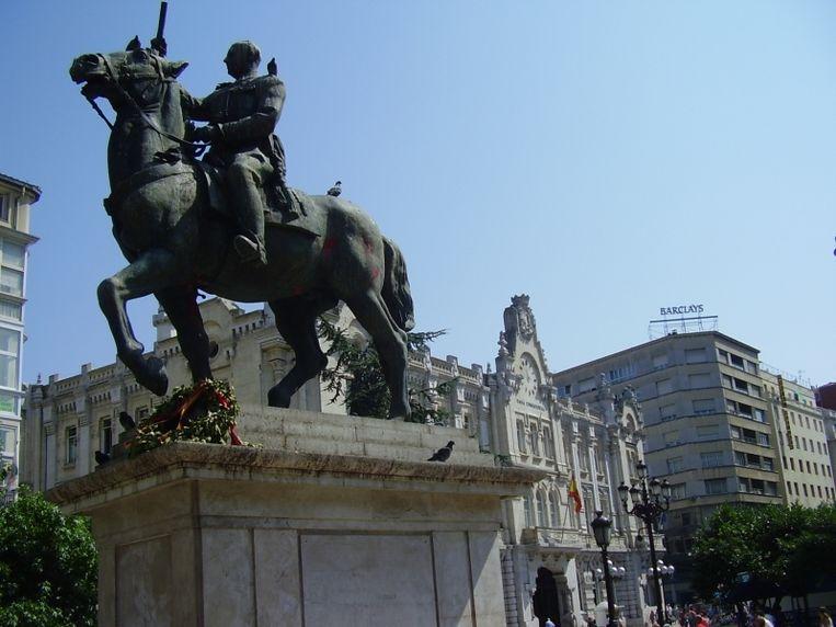 Een van de laatste ruiterstandbeelden van Franco stond in Santander. In 2008 werd het weggehaald. Beeld Wikimedia Commons