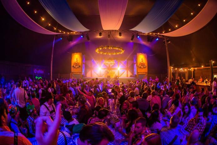 Vorig jaar werd voor het eerst het Oktoberfest gevierd in Roosendaal, met Duits eten, bier en muziek. Dit jaar zal een grotere festivaltent worden opgezet in het Vrouwenhofpark. Archieffoto BN De Stem