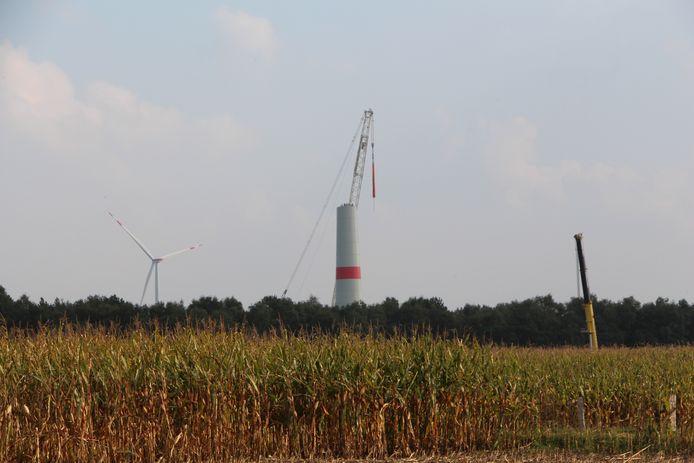 Bouw van windmolens bij Ammeloe net over de grens bij Rekken.