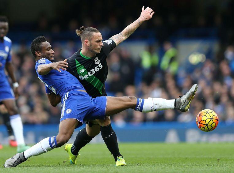 Chelsea-speler John Obi Mikel (L) in duel met aanvaller Marko Arnautovic. Beeld AFP