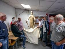 Bewoners van Taxandria in Valkenswaard maken kunstwerk van pallets als bedankje voor houtindustrie Smolders