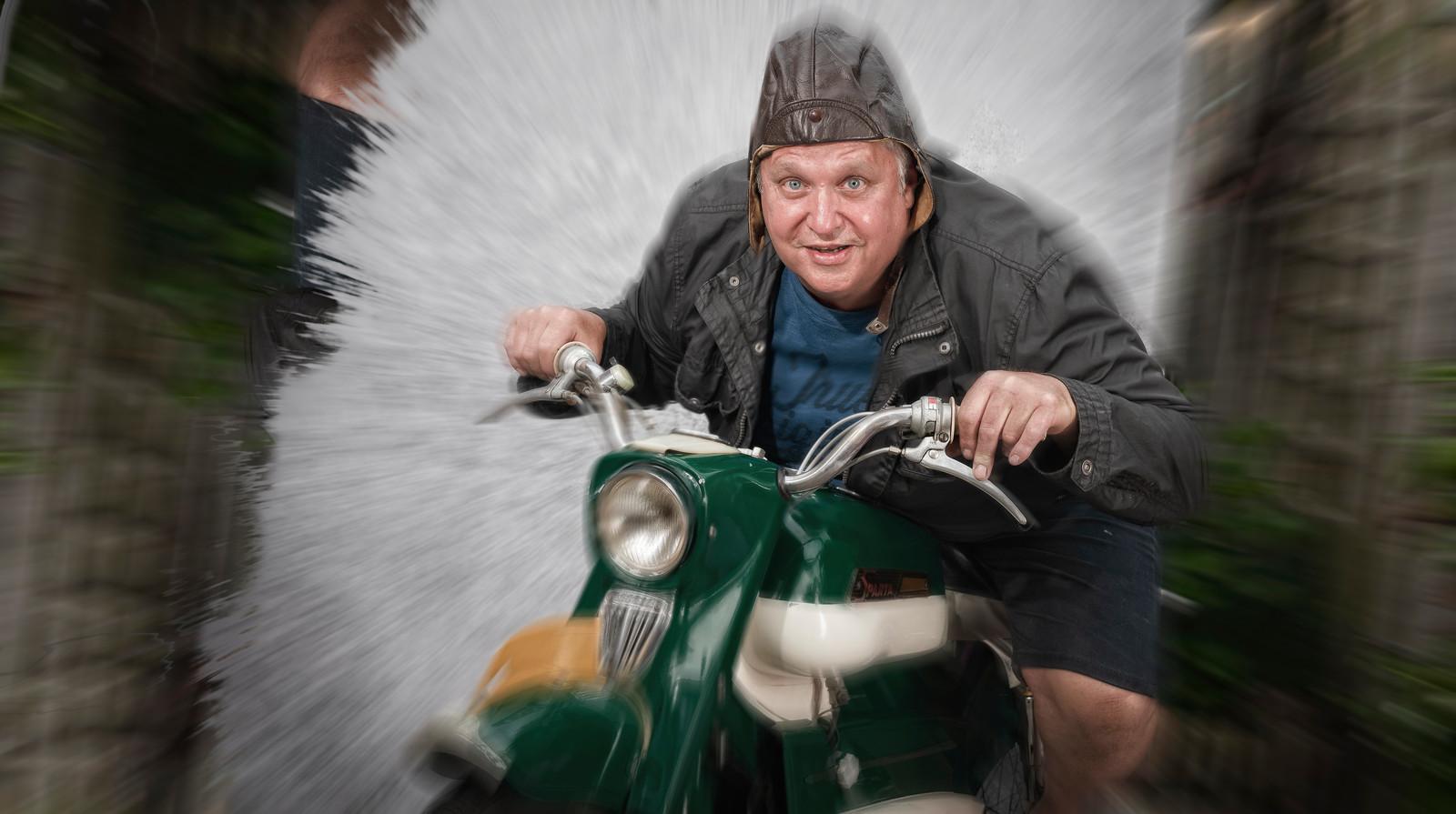 """Simon Verlooy op zijn Sparta-brommer. ,,Ik probeer met brommers zo hard mogelijk te rijden."""""""
