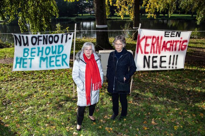 Anne Marie Doesburg Lanooij en Roos Verhaak zijn blij dat er aan het Wijchens Meer waarschijnlijk niet gebouwd gaat worden.