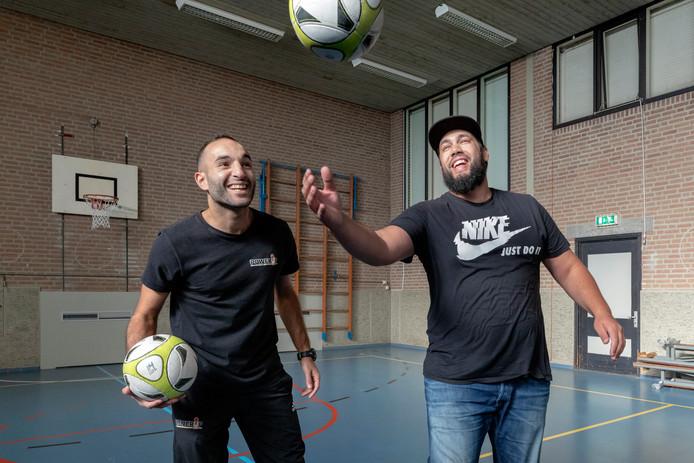 Mohammed Allouch (links) van Power Up 073 en Yassin Settout van Young Connect starten een nieuw jongerencentrum in de oude Gabrielschool op de Klokkenlaan.