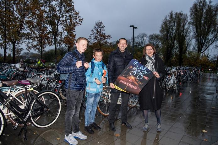 Wethouder Jon Herselman (tweede van rechts) in actie voor het gebruik van fietsverlichting.