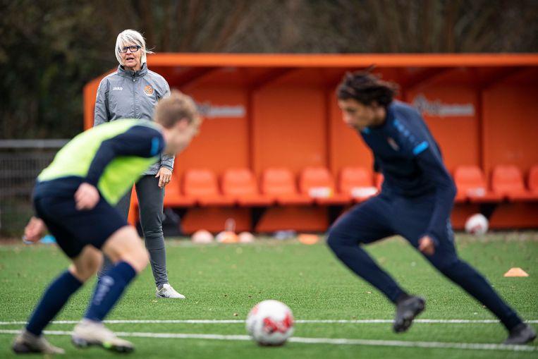 Hesterine de Reus tijdens een training van de jeugd van Volendam. Beeld Guus Dubbelman / de Volkskrant