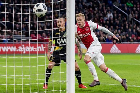 Donny van de Beek (r) scoort de 1-1 tegen NAC