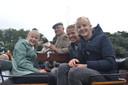 Pip (l), hond Morris, Gerard, Lente en Jet zitten heerlijk op het rijtuig uit 1900.