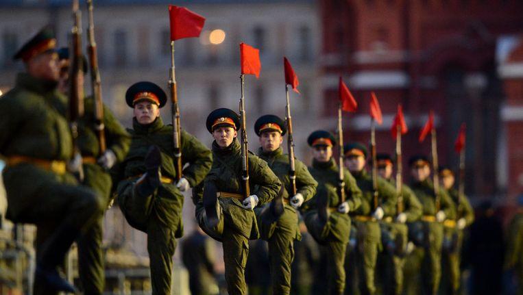 Russische soldaten oefenen voor een militaire parade in Moskou. Beeld AFP