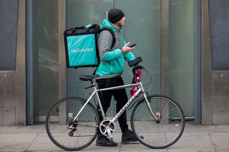 Een Deliveroo-courier. Deliveroo biedt aan zijn zelfstandige fietskoeriers een vernieuwd en gratis verzekeringspakket aan, waardoor ze gedekt zijn door een ongevallen- en burgerlijke aansprakelijkheidsverzekering. Aan het zelfstandigenstatuut wijzigt echter niets.