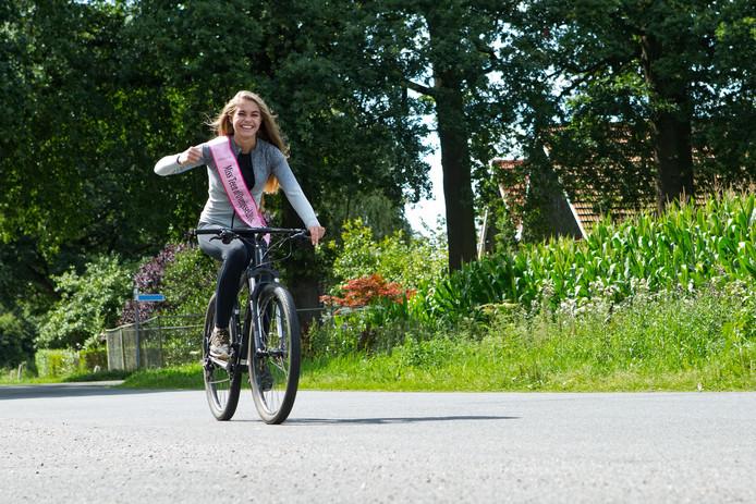 Lotte van der Zee op haar fiets