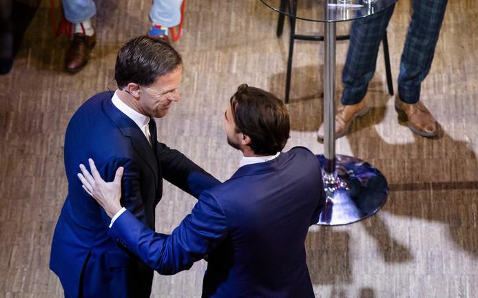 Thierry Baudet (FvD) en VVD-leider Mark Rutte na afloop van het debat.