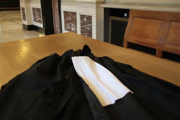 Een toga op de rechtbank in Kortrijk.