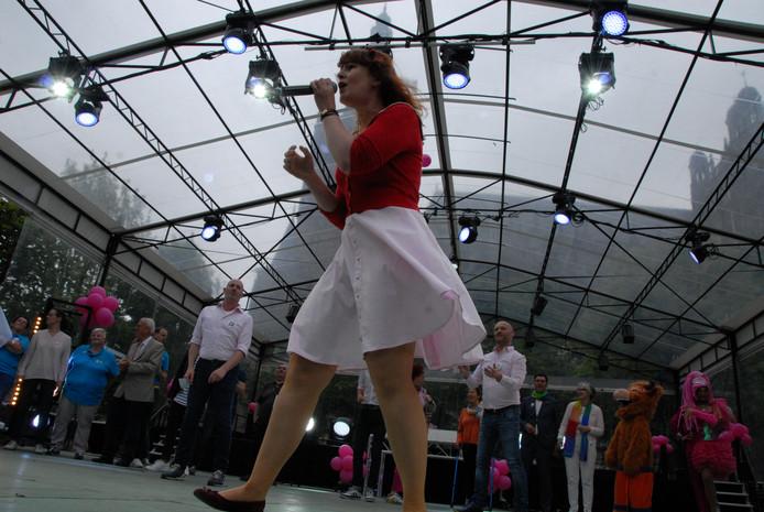 Maddie Teeuwen zong 'Ich Bin Wie Du'.