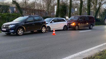 Enkel blikschade bij aanrijding tussen drie voertuigen