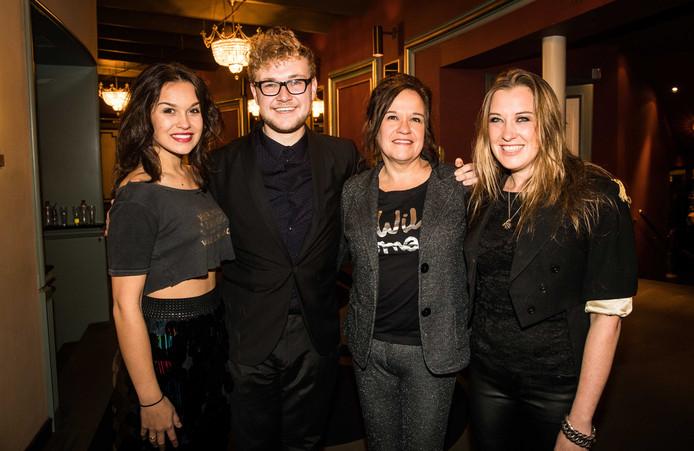 Regisseur Dennis Alink met Xandra, Lola en Holly Brood op rode loper tijdens de première van Unknown Brood in Koninklijk Theater Carré.