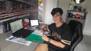 Daan Dannenberg achter zijn bureau op zijn slaapkamer in Rijssen, klaar voor weer een online les.