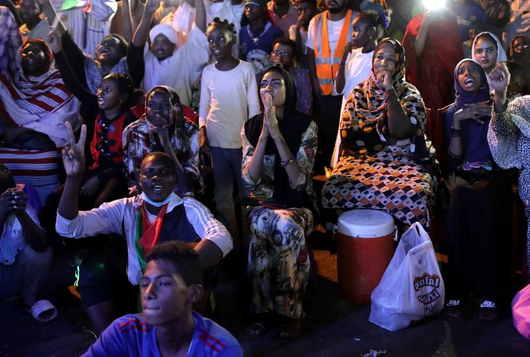Opvallend veel vrouwen demonstreerden de afgelopen maand in de Soedanese hoofdstad Khartoem tegen het militaire bewind. Beeld EPA