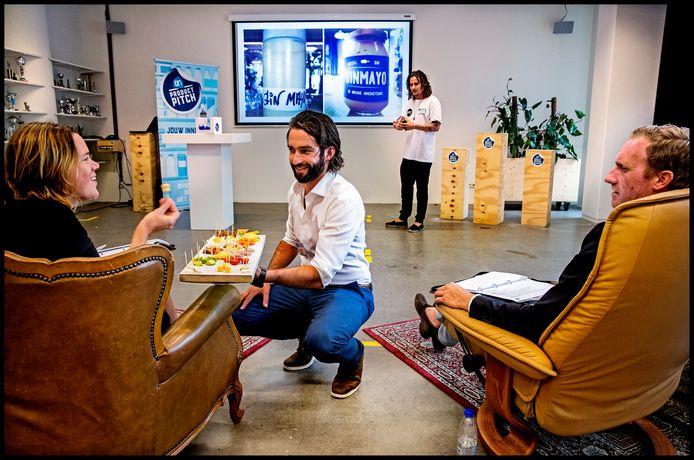 Tijdens een Product Pitch van Albert Heijn presenteren jonge bedrijven hun producten.
