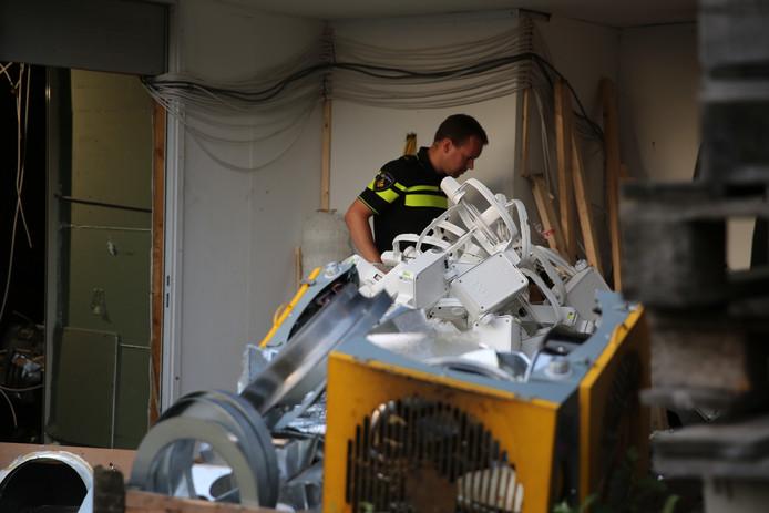 De politie is al bezig de hennepkwekerij te ruimen.