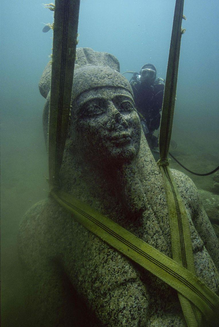 Het beeld van de god Hapy wordt uit de baai van Aboekir gehesen. Beeld null