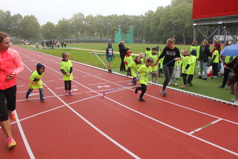 De kinderen van De Horizon mochten sporten op de looppiste aan het stadspark.