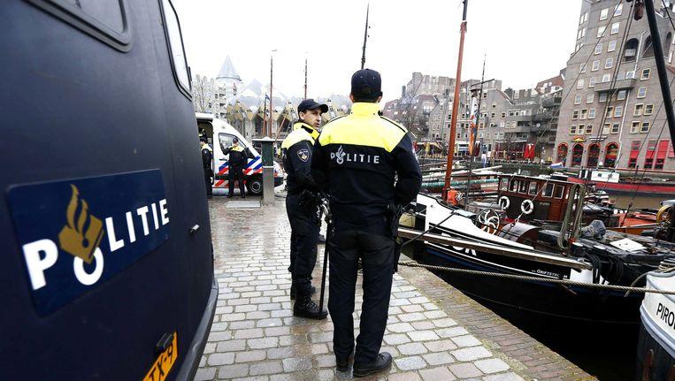 De Nederlandse politie staat klaar in de Oude Haven in Rotterdam voorafgaand de wedstrijd tussen Feyenoord en AS Roma.