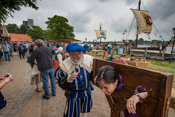Internationale Hanzedagen 2017 Kampen op zaterdag. (Koggewerf) Niet iedereen overleefde de HanzedagenFoto Freddy Schinkel, IJsselmuiden © 150617