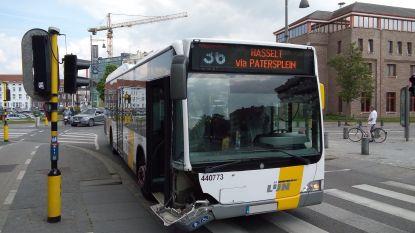 Auto en lijnbus botsen op Groene Boulevard