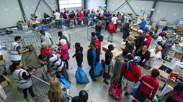 Het Rode Kruis heeft in Goes winterkleding uitgedeeld aan zo'n vierhonderd vluchtelingen.