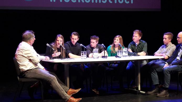 Presentator Frans Miggelbrink (links) in gesprek met Achterhoekse jongeren tijdens een bijeenkomst in maart van dit jaar over de toekomst van de regio in de Doetinchemse schouwburg Amphion. Foto DG