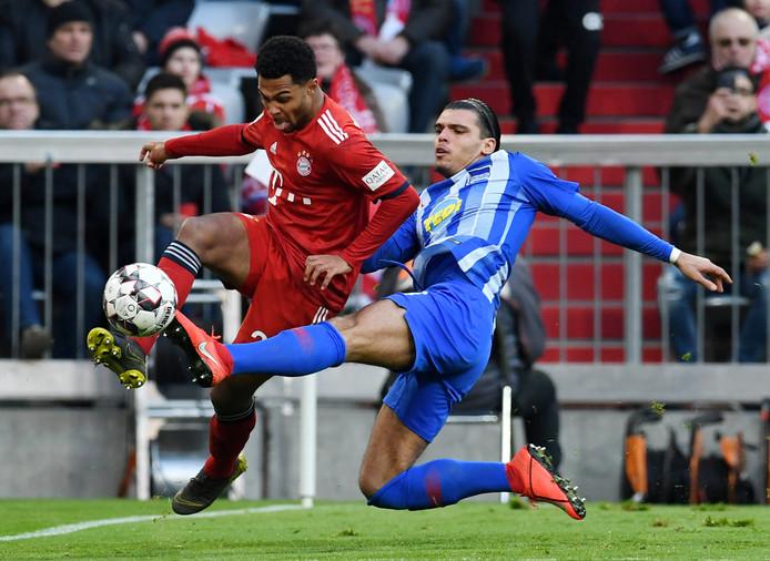 Karim Rekik in duel met Serge Gnabry van Bayern München.