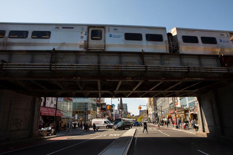 De Long Island Rail Road trein rijdt over de brug in Main Street in Flushing, Queens. Beeld Chantal Heijnen