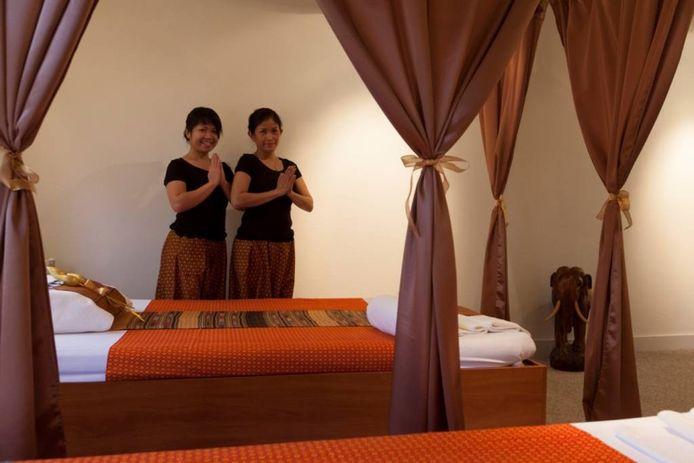 Eigenaresse Jothaporn Saiphin (rechts) met masseuse Kintara Jentiree in de nieuwe salon. foto François Eyck