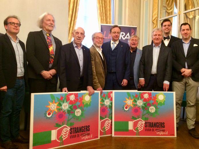 Centraal herkent u De Strangers, rond Bart de Wever. Links van Bob staat Boudewijn Bouckaert, voorzitter van Libera!