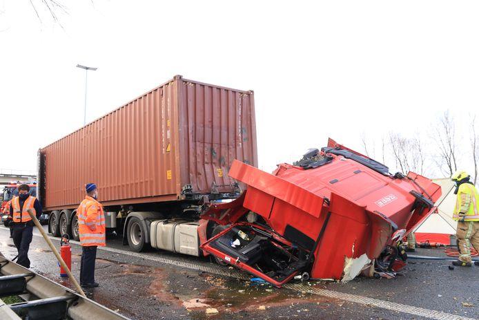In Haasdonk viel een dodelijk slachtoffer toen een vrachtwagen te pletter reed op zijn voorligger in de staart van de file.