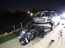 Scooterrijder klapt tegen geparkeerde auto in Tiel
