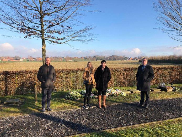 Aan de urnen die tijdelijk in de grond zijn gestopt bemerken we vlnr begrafenisondernemer Dennis Derveaux, Jeanique Blanckaert en een dochter, fractieleider Koen Descheemaeker (N-VA)