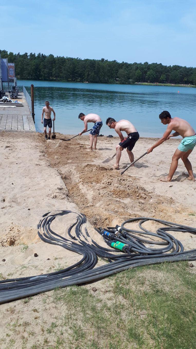 De leerlingen van Nautica graven greppels om de elektriciteitskabels in te leggen.
